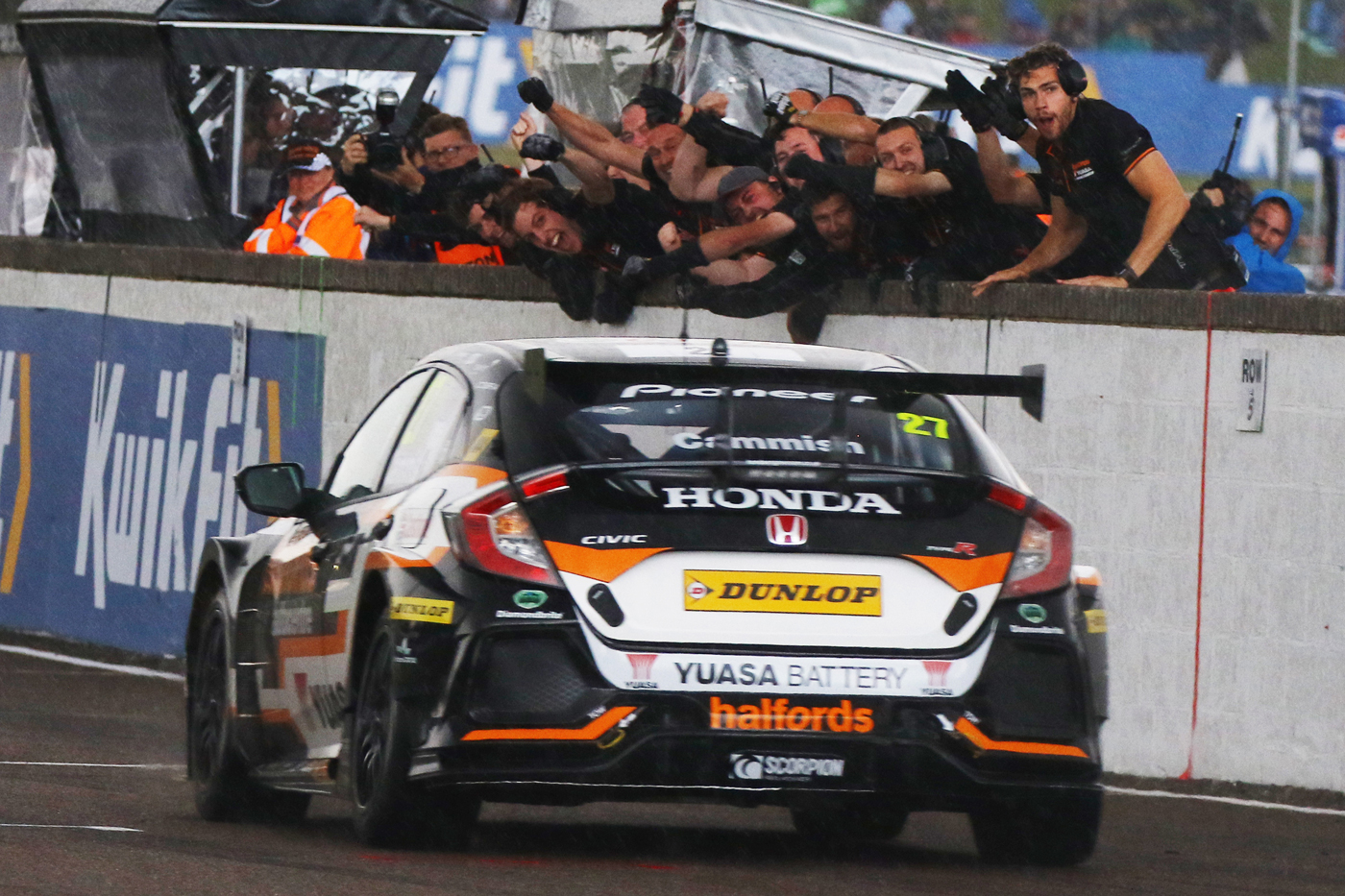 Cammish returning to pits with Halfords Yuasa Racing team cheering him on